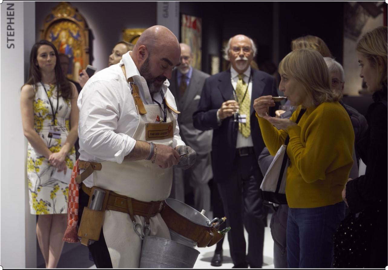 Martijn Wijsman opent een oester op TEFAF New York